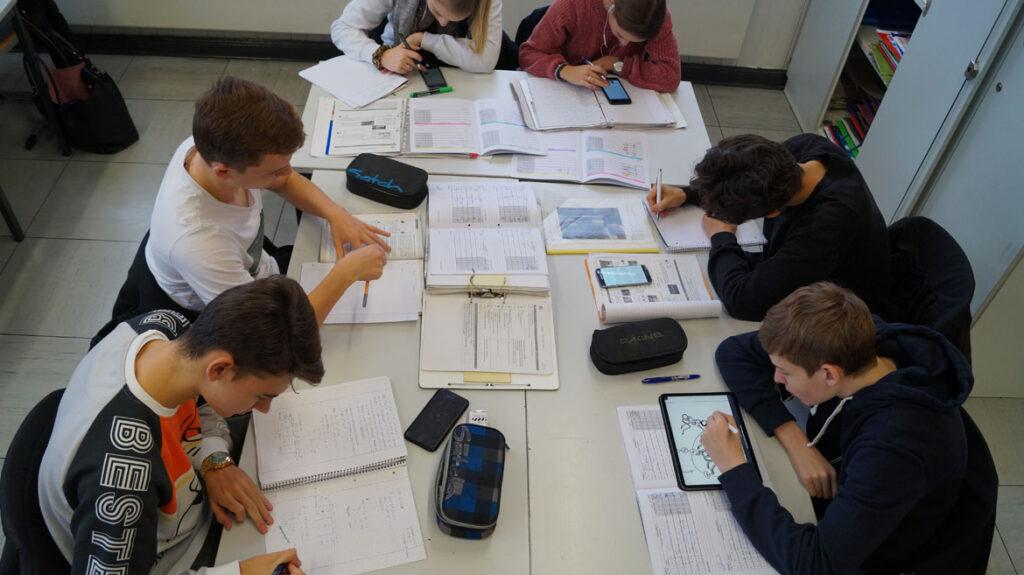Die Arbeitsmethoden sind sehr vielfältig - Aufgaben können analog oder digital bearbeitet werden