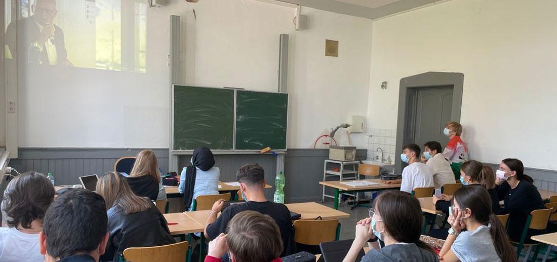 Der parallele Sowi-Kurs konnte den Livestream im Klassenraum verfolgen